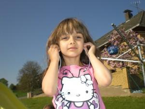 Frühling - Mädchen mit Kopfhörern