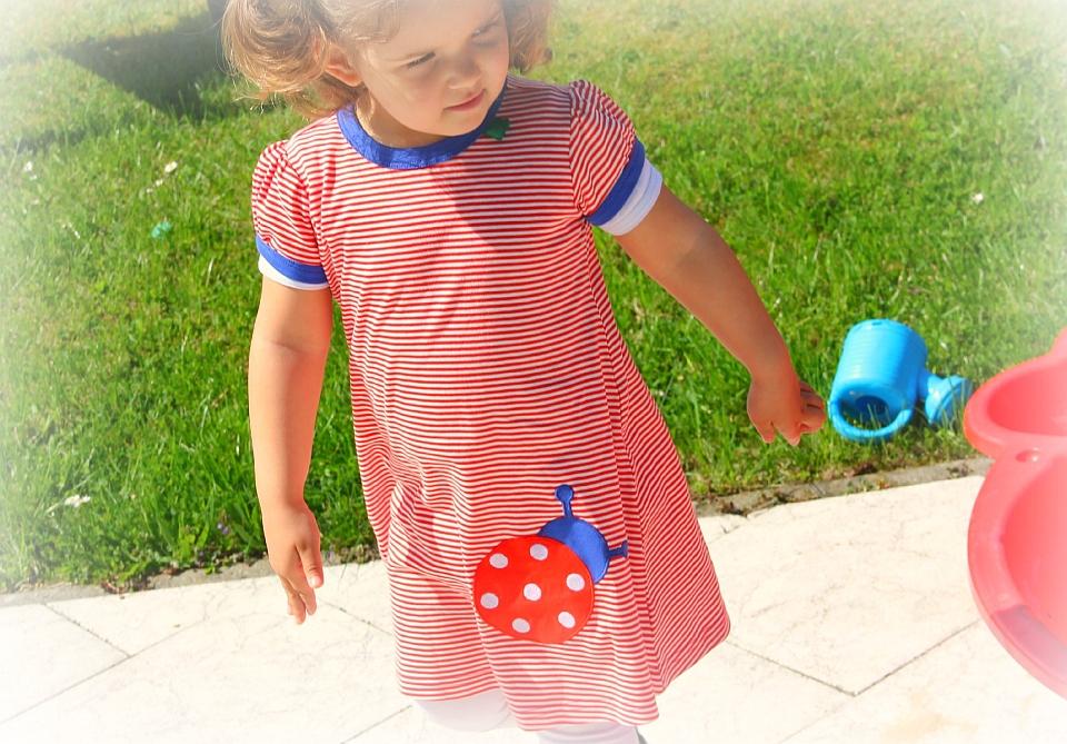 Mädchen spielt im Garten - Bio-Kleidung von Fred´s World by Green Cotton