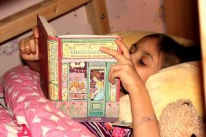 Mädchen liest Die Glücksbäckerei Fischer KJB