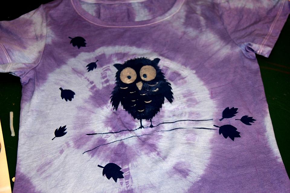 Fertig: Mit Batik und Schablone ein einzigartiges Shirt kreiert!
