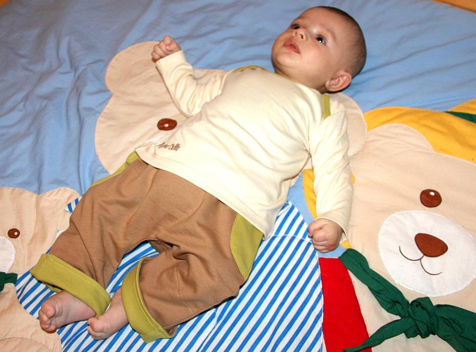 Baby in Mama Ocllo Kleidung aus Bio- Baumwolle
