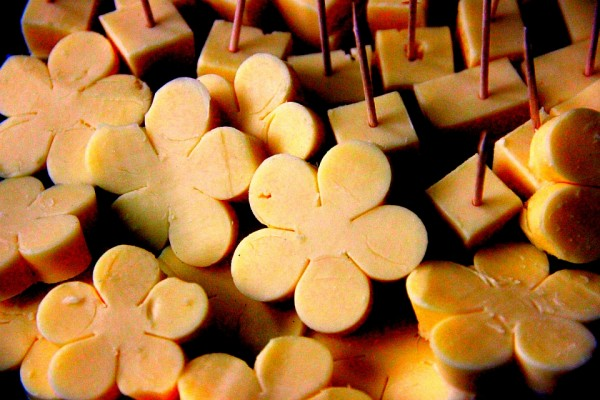 Hawaii-Party, Beach-Party, Pool-Party: Käsespieß mal als Käseblüten