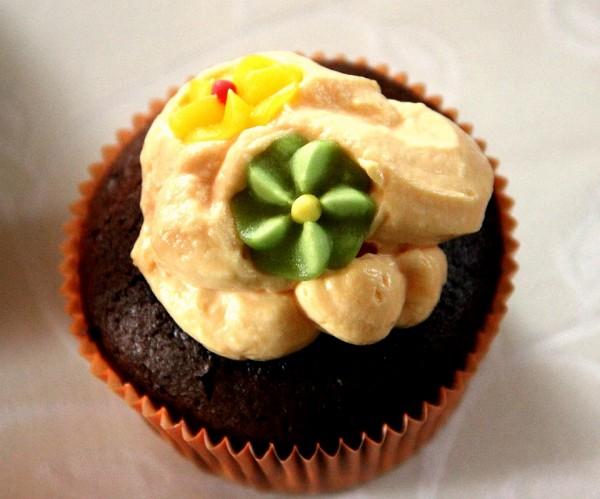 Hawaii-Party, Beach-Party, Pool-Party: Lecker Schoko-Muffins mit Orangen-Creme und exotischen Blüten