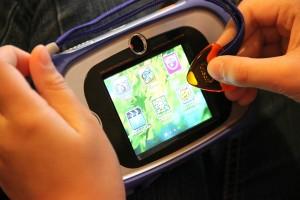 Kidizoom Touch von VTech: Kinderhand mit Tipp-Dreieck