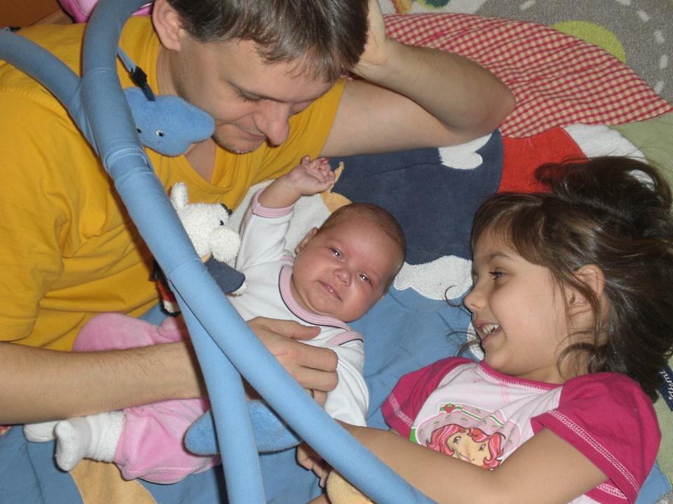 Vater mit Tochter und Baby unter einem Spielbogen (Foto: Land-und-Kind.de)