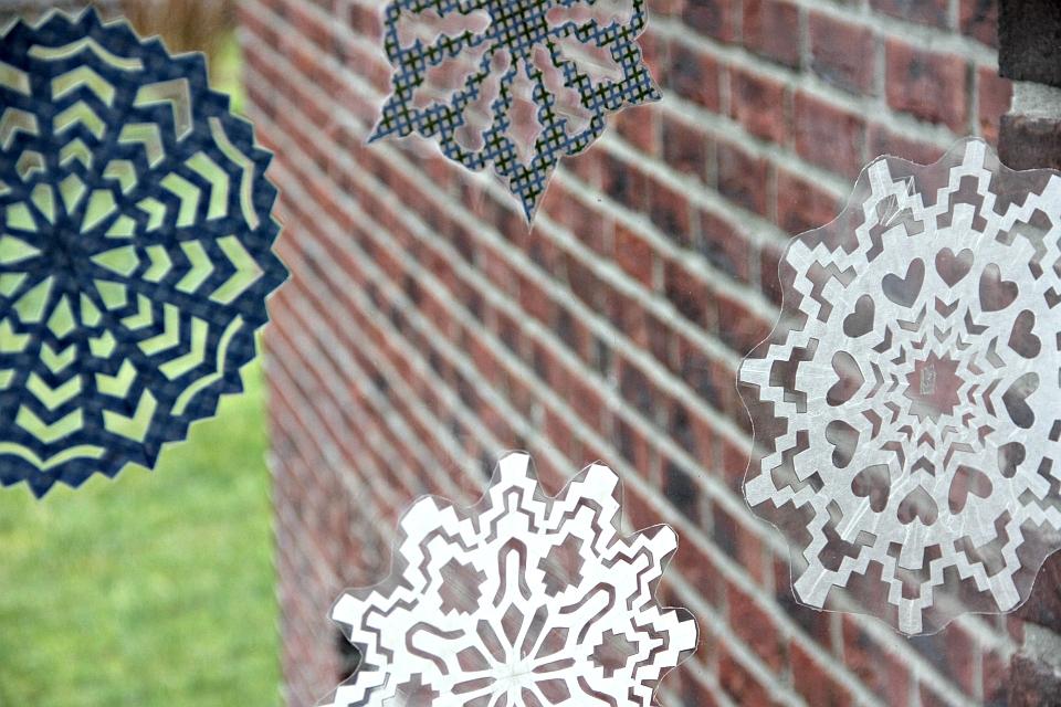 Die Fenster haben wir mit eben solchen Schneeflocken geschmückt.